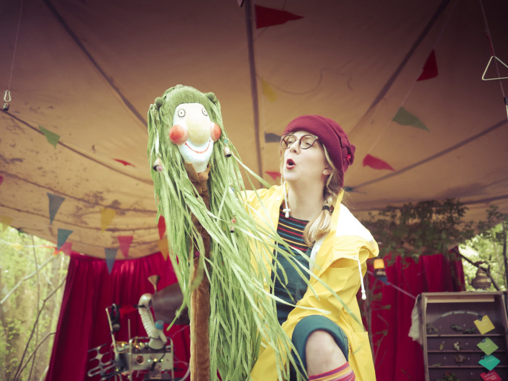 Fran Moulds as Fern, holding puppet © Drew Worthley/Brambledash© Drew Worthley/Brambledash